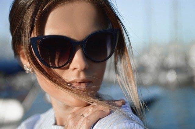 سيدة ترتدي النظارات الشمسية للوقاية من الهالات السوداء