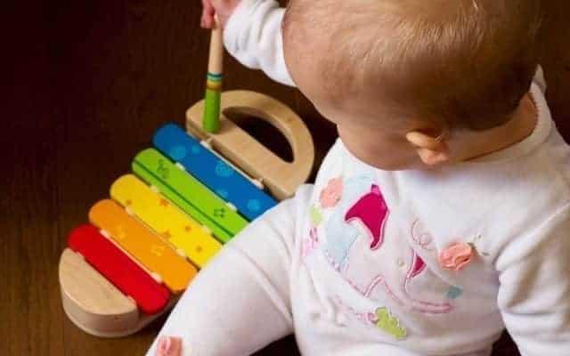 تطور لغة الاطفال يحب الطفل الالعاب الموسيقية