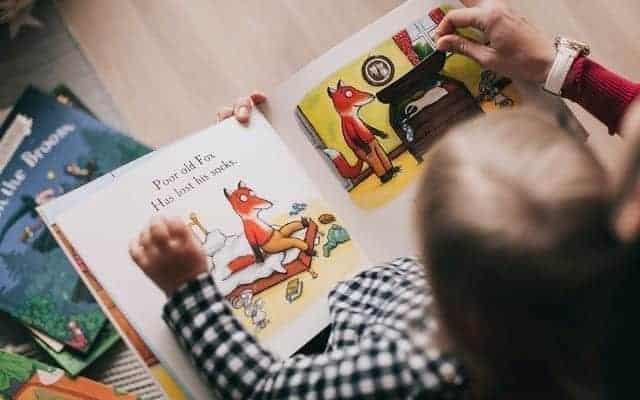 قراءة القصص تساعد على تطوير لغة الاطفال