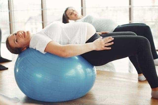 سيدة حامل تمارس الرياضة للوقاية من سكر الحمل