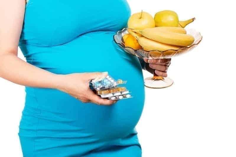 سيدة حامل تتناول المكملات الغذائية - أهمية فيتامين د للحامل