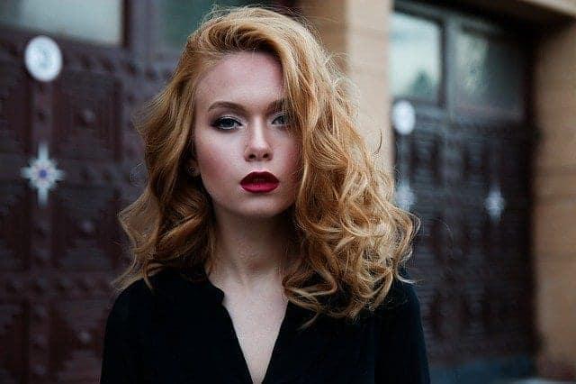 سيدة مع شعر أشقر