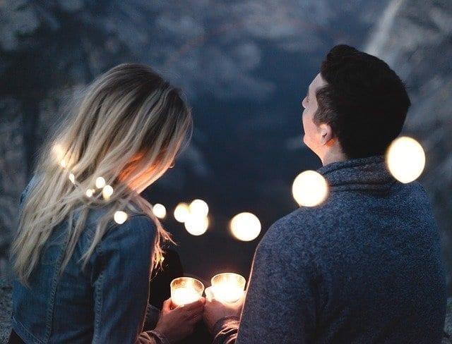 برج العذراء والحب - رجل وامرأة يتحدثان