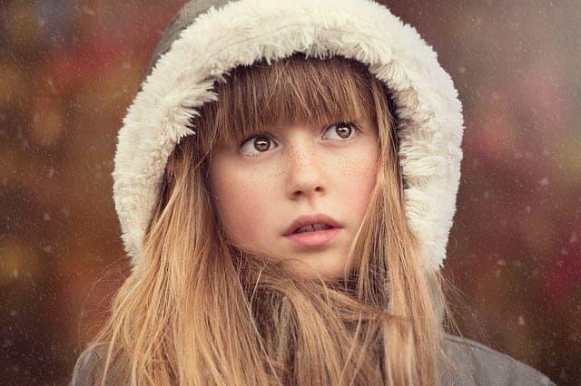 فتاة مع غرة شعر
