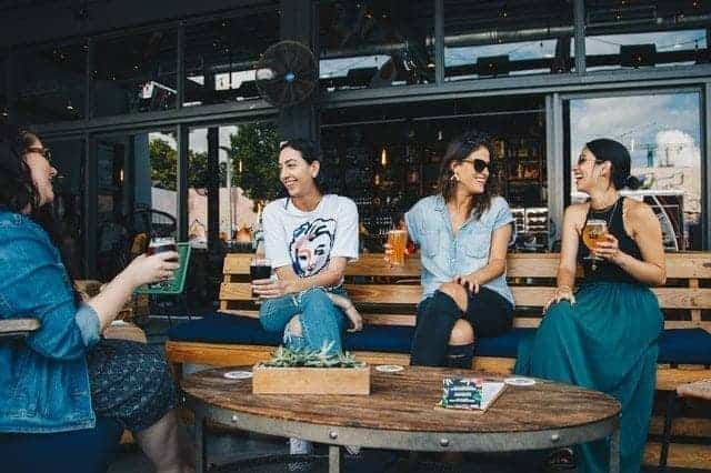 مجموعة من السيدات تجلس في مقهى