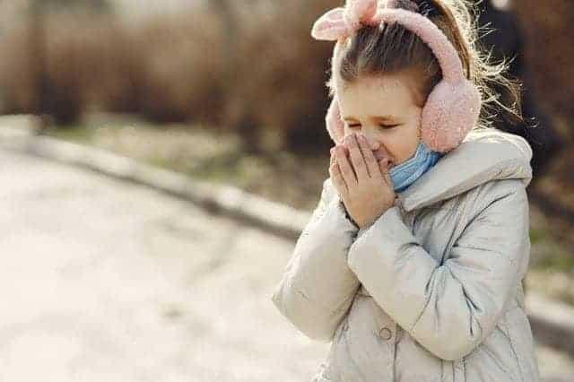 طفلة صغيرة تعاني من العطس