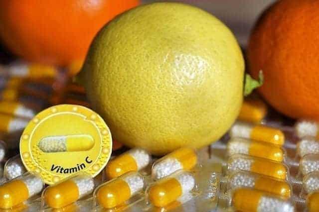 فوائد فيتامين سي - ليمون وكبسولات فيتامين