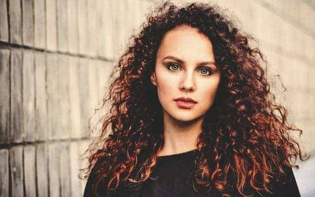 سيدة مع شعر كيرلي