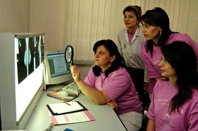 مجموعة من الأطباء يفحصون صور الأشعة السينية