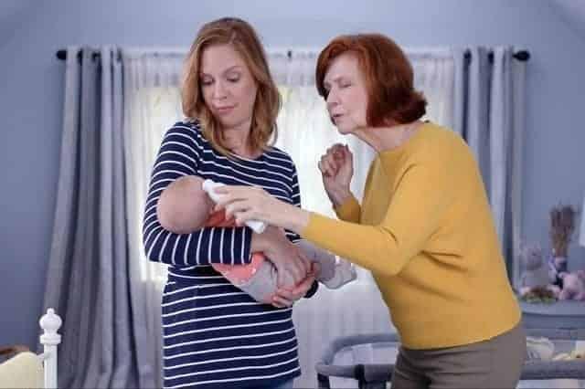 سيدة تقوم بقياس درجة الحرارة لطفل رضيع