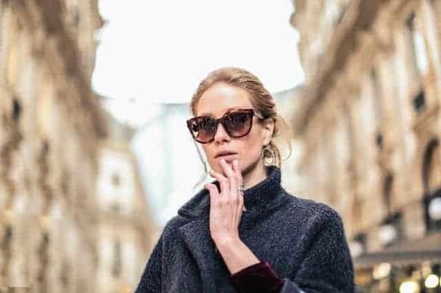 سيدة ترتدي النظارات الشمسية