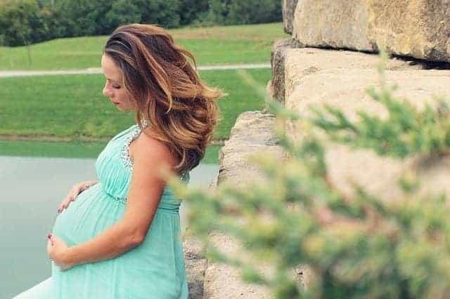 سيدة حامل - الحمل يقلل فرصة أعراض سرطان الثدي