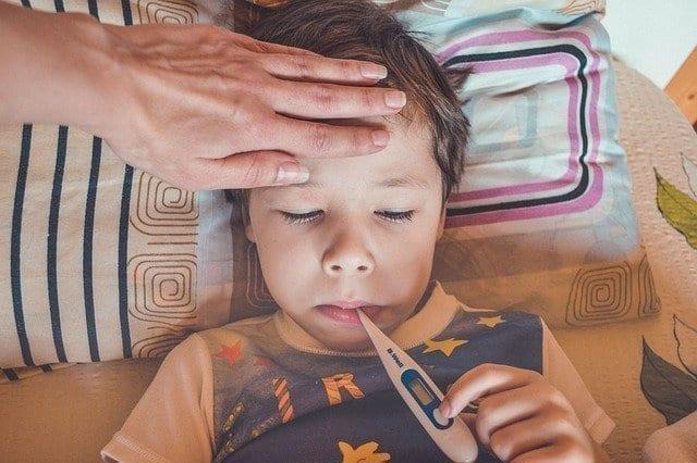 استخدام الترمومتر لقياس درجة حرارة الطفل