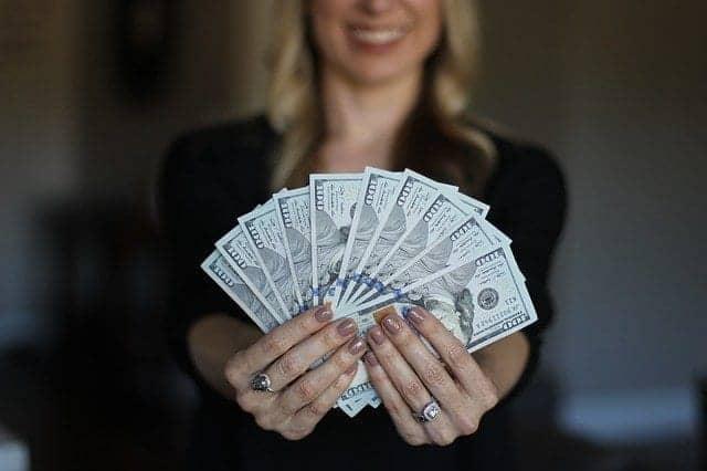 سيدة تمسك بعض النقود