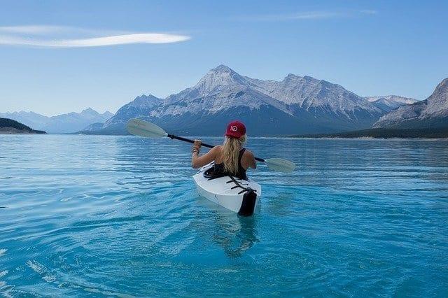 فتاة تركب قارب الكاياك