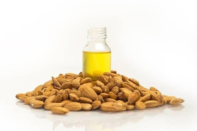 يستخدم الزيت للبشرة للحصول على فوائد اللوز
