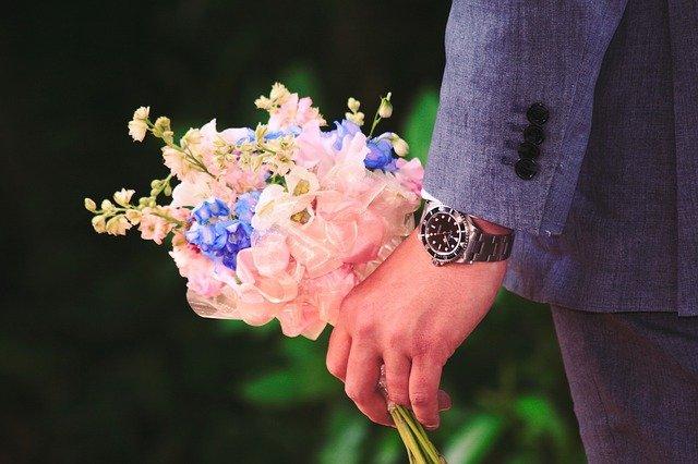 رجل يحمل باقة من الزهور