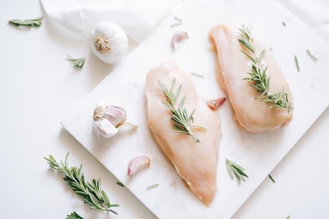 دجاج متبل بالأعشاب