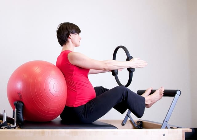 سيدة حامل تمارس الرياضة