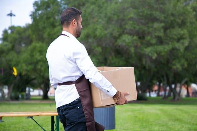 رجل يحمل صندوق ثقيل