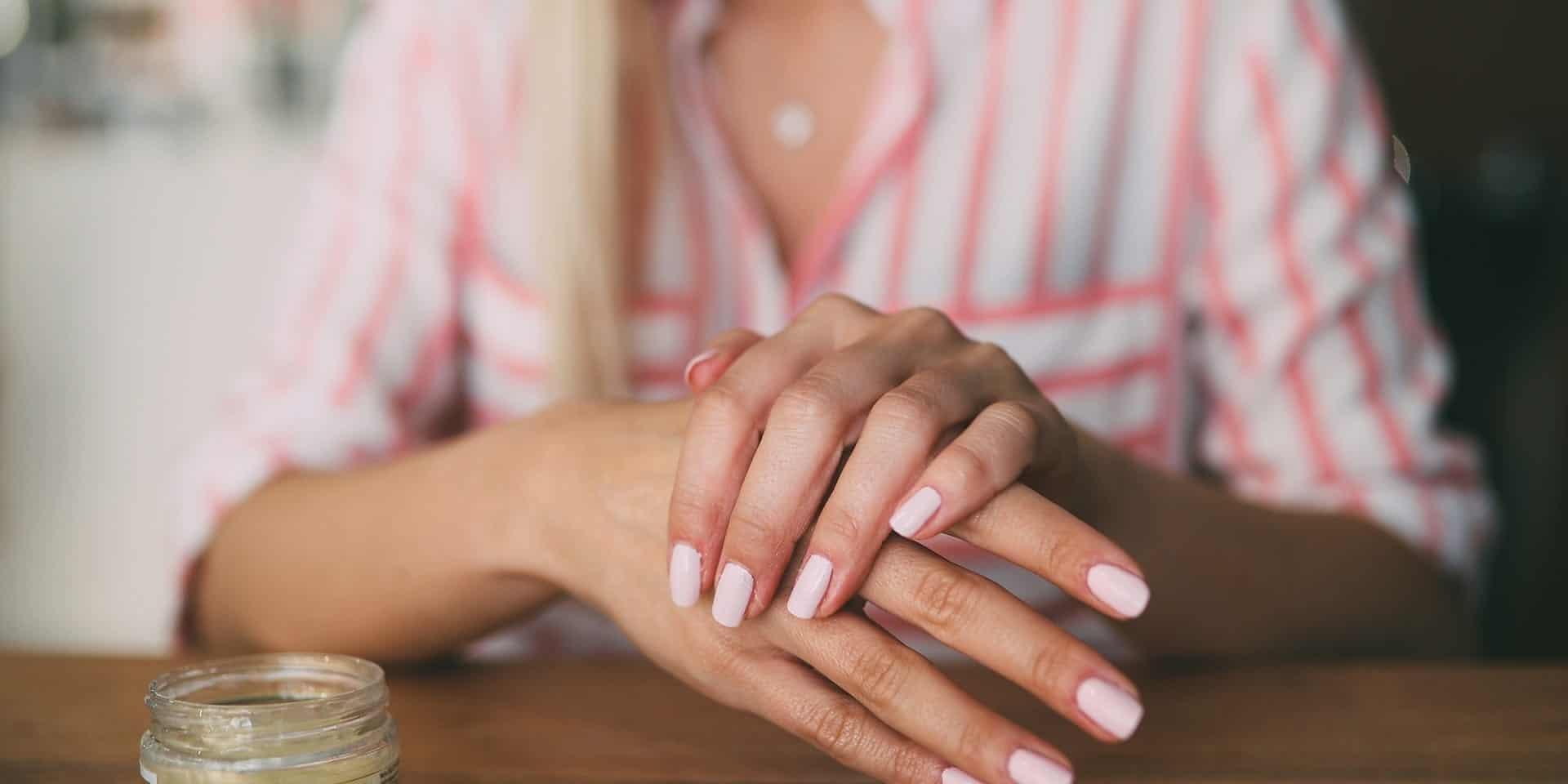وصفات طبيعية لترطيب اليدين في الشتاء