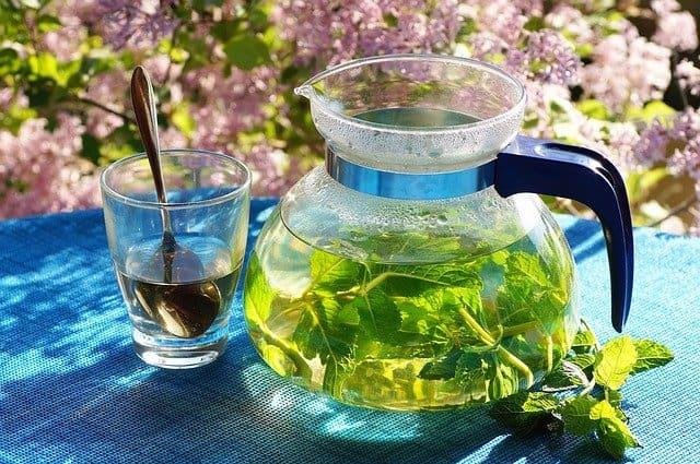 إناء من شاي الأعشاب