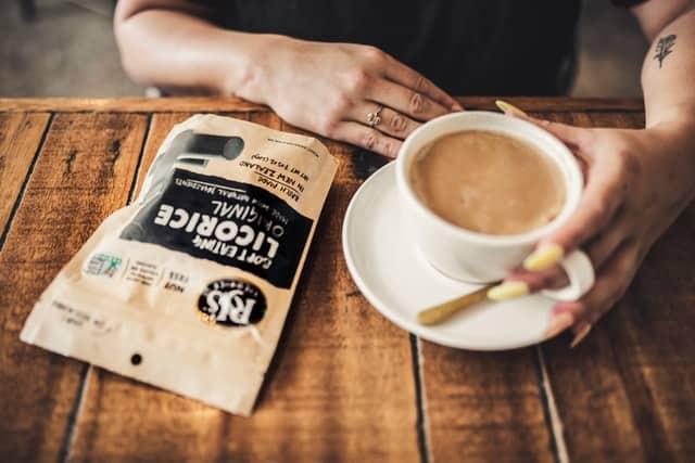 سيدة تتناول كوب من القهوة