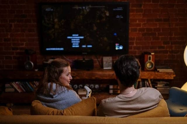رجل وامرأة يشاهدان التلفزيون