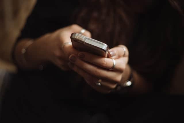 فتاة تستخدم الهاتف
