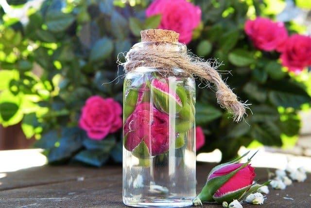 زجاجة من ماء الورد