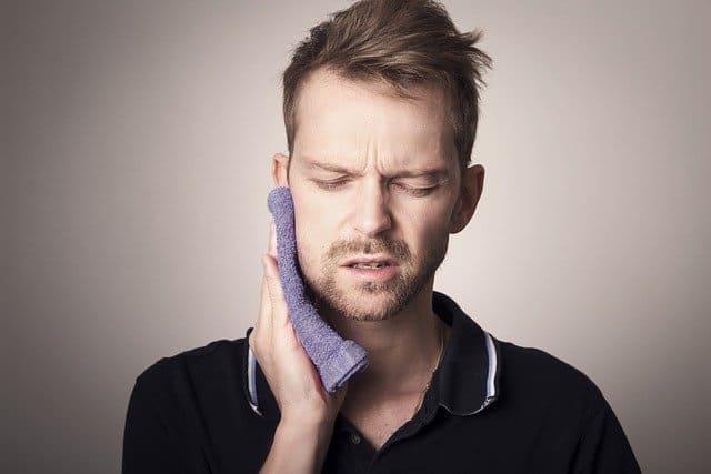 التهاب الأسنان يسبب الألم