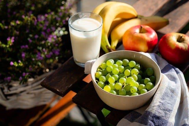 وجبة من الفواكه وكوب من الحليب للمساعدة في بناء العضلات