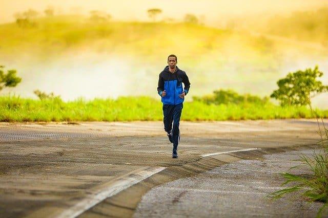 رجل يمارس رياضة المشي للحفاظ على اللياقة البدنية