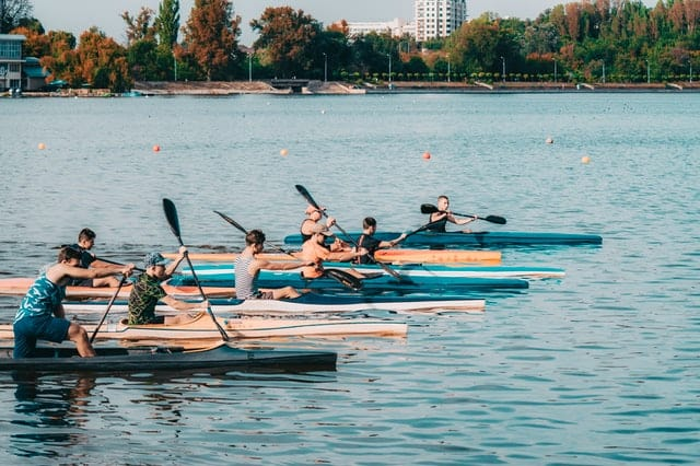 ممارسة رياضة قوارب الكياك