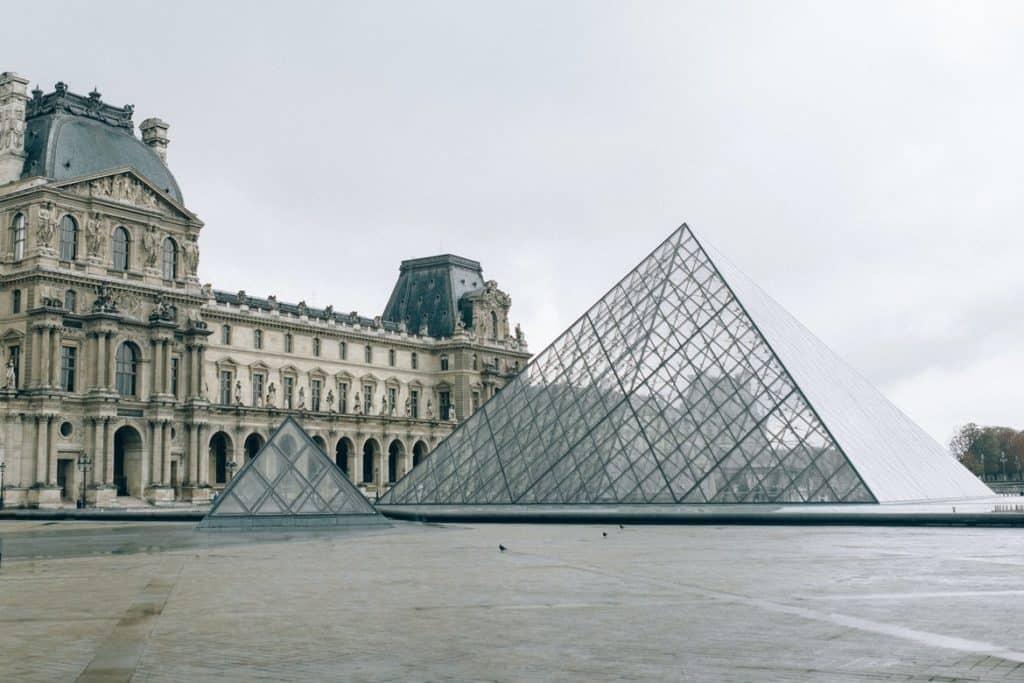 متحف اللوفر - باريس- أماكن سياحية في فصل الربيع
