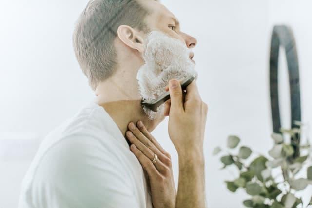 الطريقة الصحيحة للحلاقة لعلاج حساسية الجلد