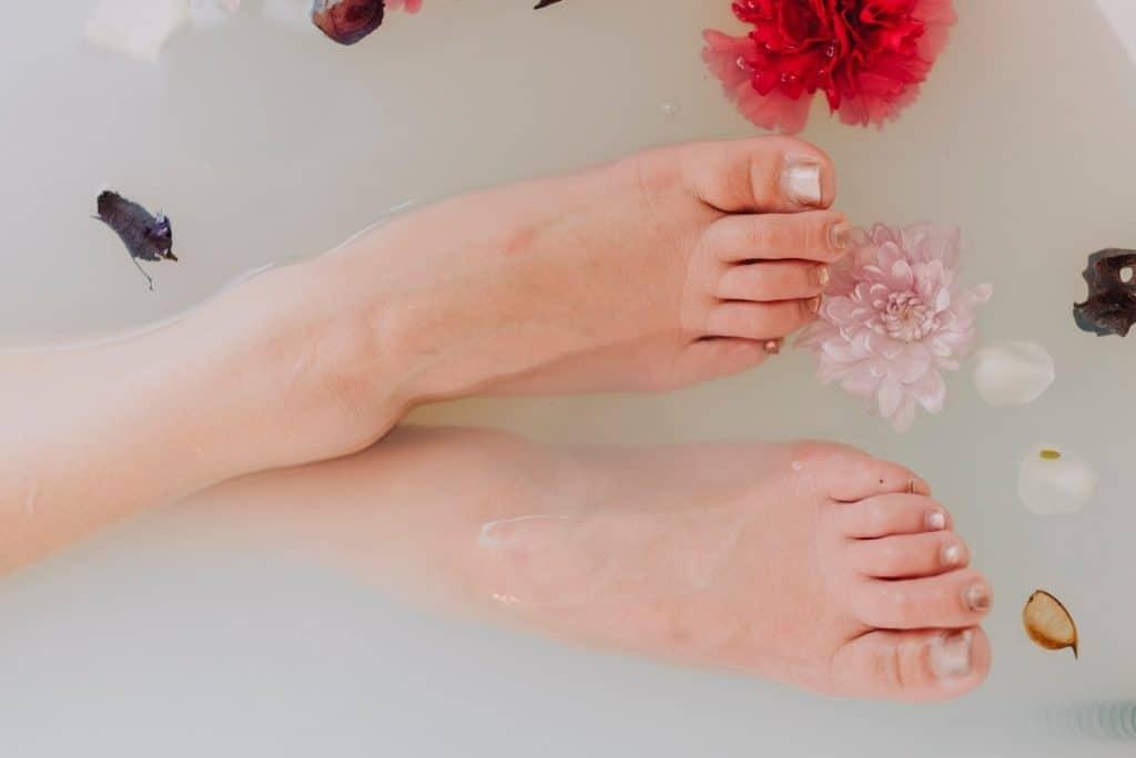 نقع القدمين يساعد في علاج تشققات الرجل