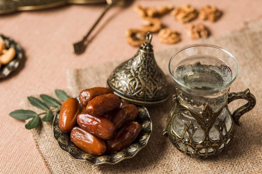 الإفطار على التمر والماء وتجنب السعرات الحرارية في ياميش رمضان