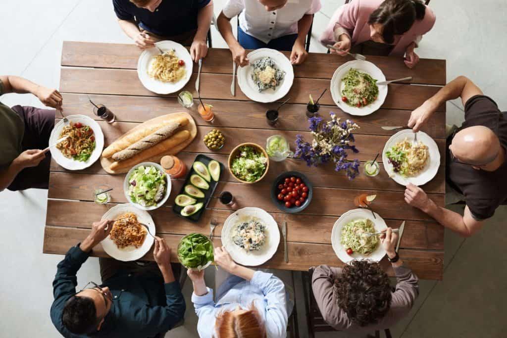 تجمع الأسرة حول المائدة من الطقوس الرمضانية الهامة