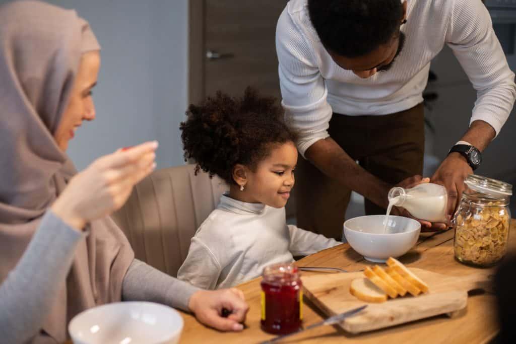 أطعمي طفلك وجبة مشبعة قبل بدء الصيام للأطفال