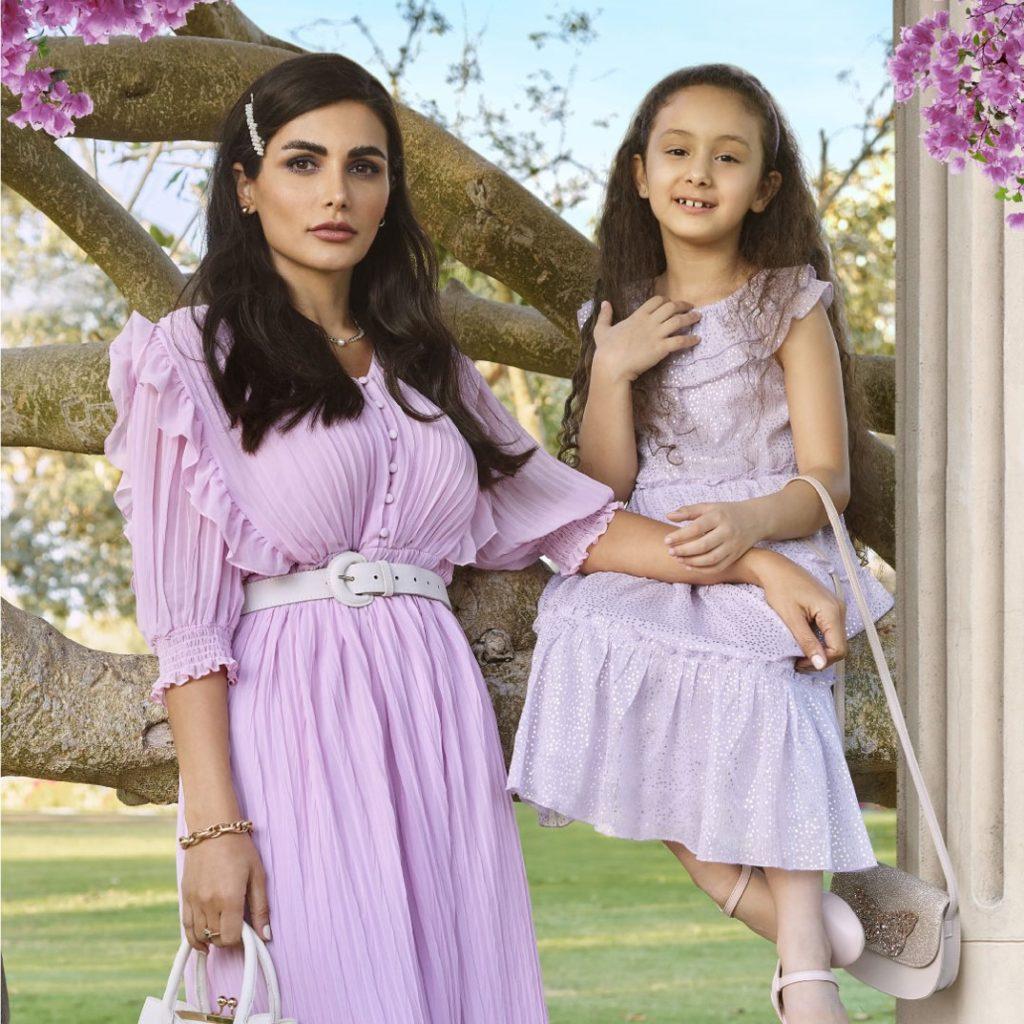 أفكار لإطلالة متشابهة للأم و ابنتها