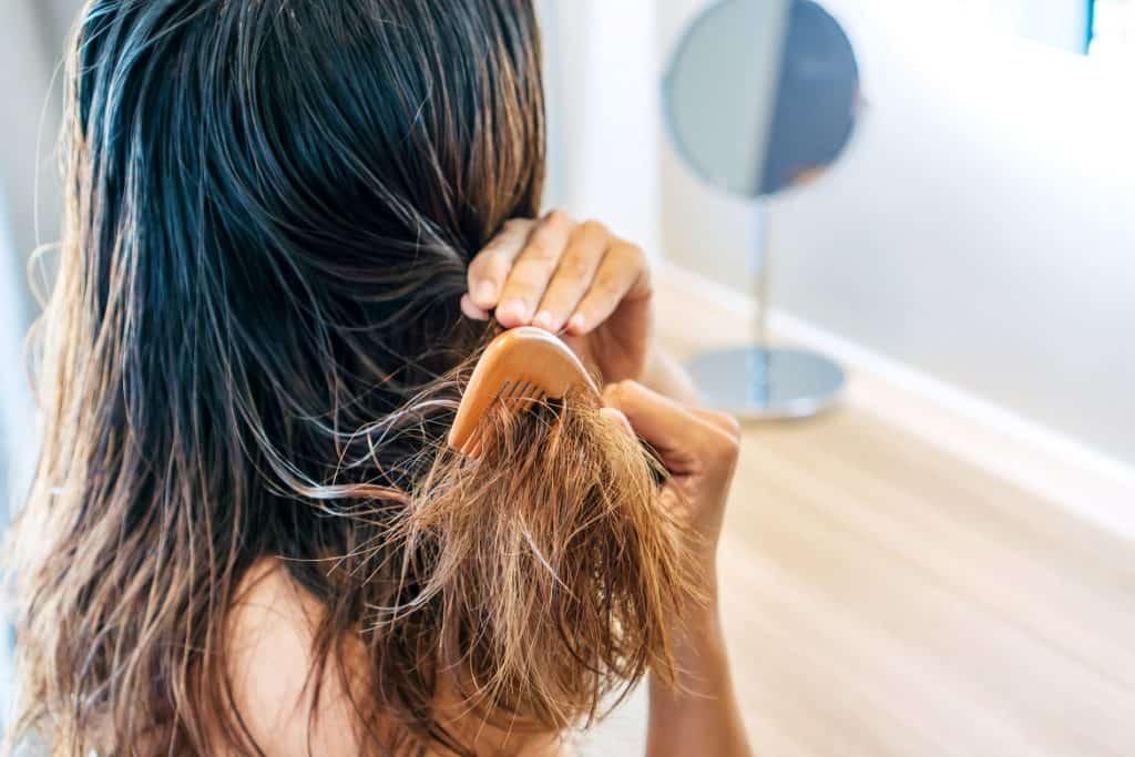فوائد زيت جوز الهند في فك تشابك الشعر