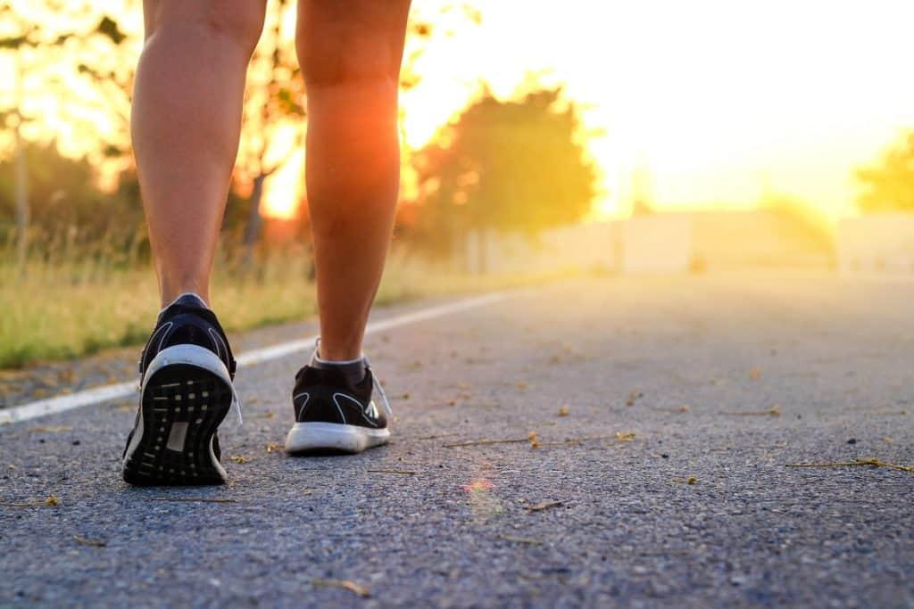مارس رياضة المشي بانتظام مع تمارين الصباح