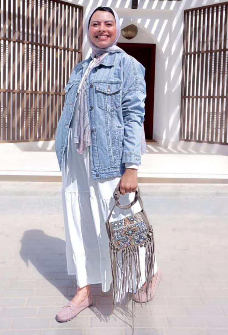 فستان بلون محايد مع جاكيت جينز