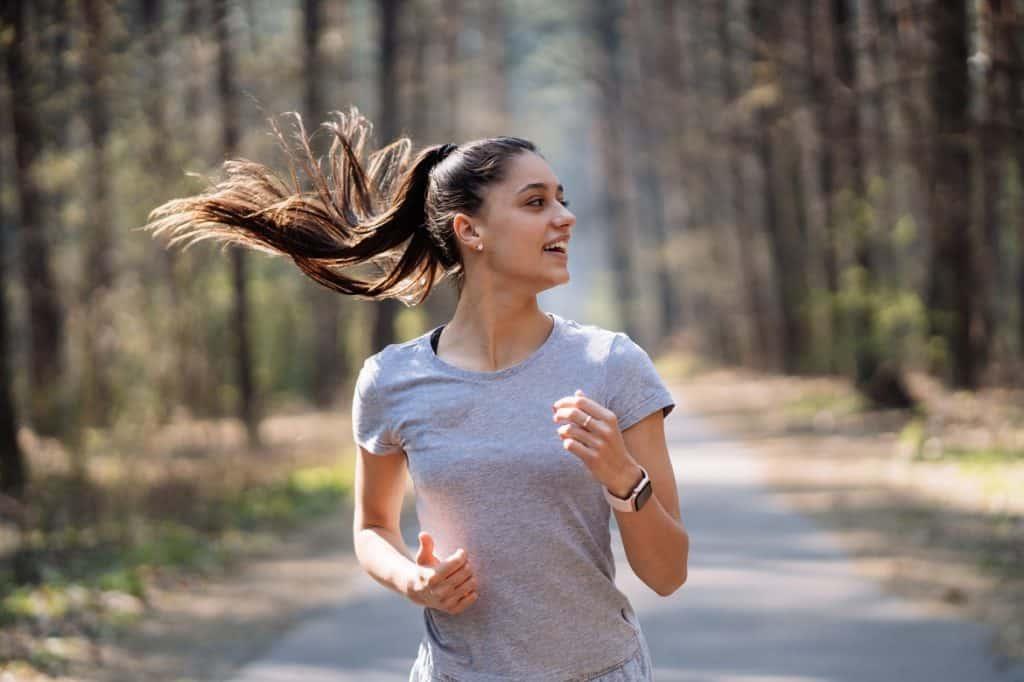 سيدة تجري