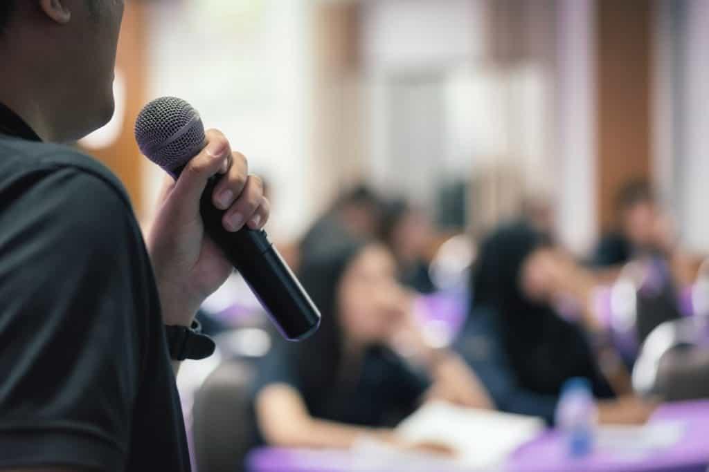 رجل يتحدث في محاضرة