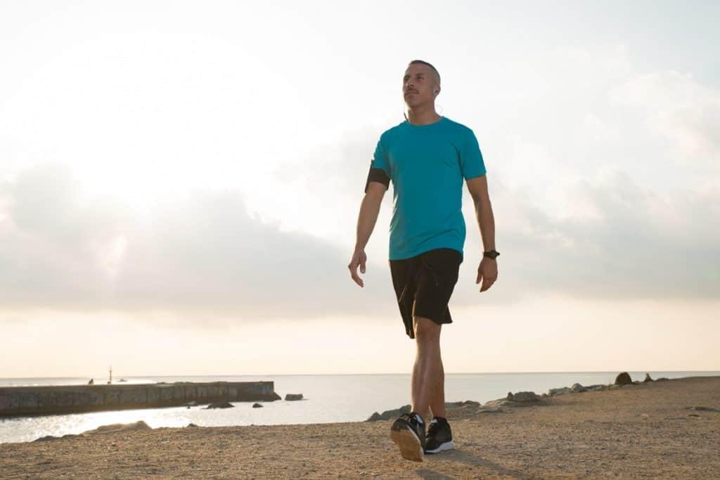 رجل يسير على الشاطئ