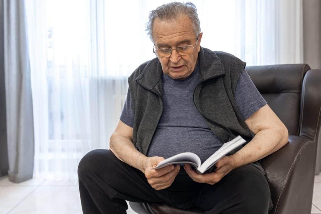 رجل كبير يقرأ كتاب