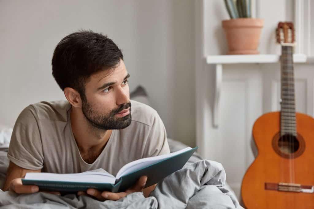 رجل يقرأ كتاب