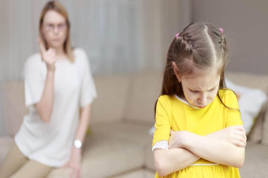 القسوة مع الأبناء تورثهم الخجل الاجتماعي